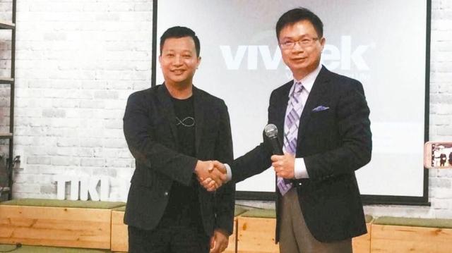 越南第二大電商業者TIKI創辦人陳山(左)與貿協董事長黃志芳。 特派記者吳馥馨/攝影