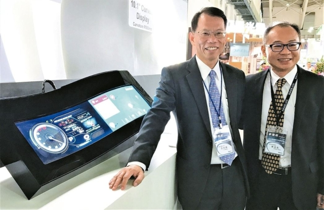 Wang Chih Chao(left), chairman of InnoLux (photo provided by UDN.com)