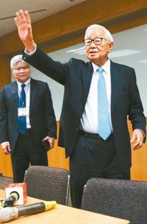 台積電董事長張忠謀(右)昨天宣布將在明年6月退休,未來將由劉德音接任董事長、魏哲家(左)擔任總裁。 記者陳正興/攝影