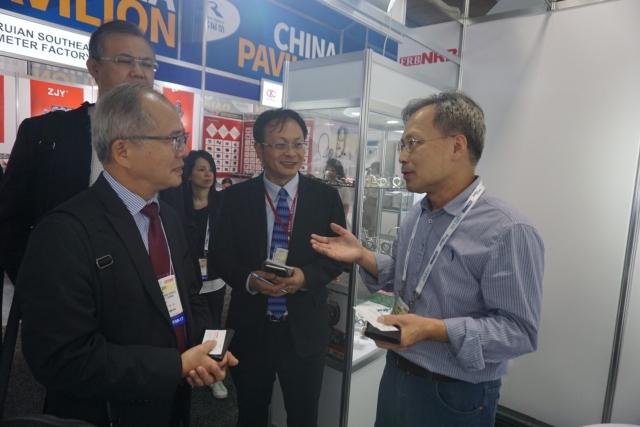 洛杉磯經文處副處長陳銘師(前左一)逐一訪視台灣展商。游志龍/攝影