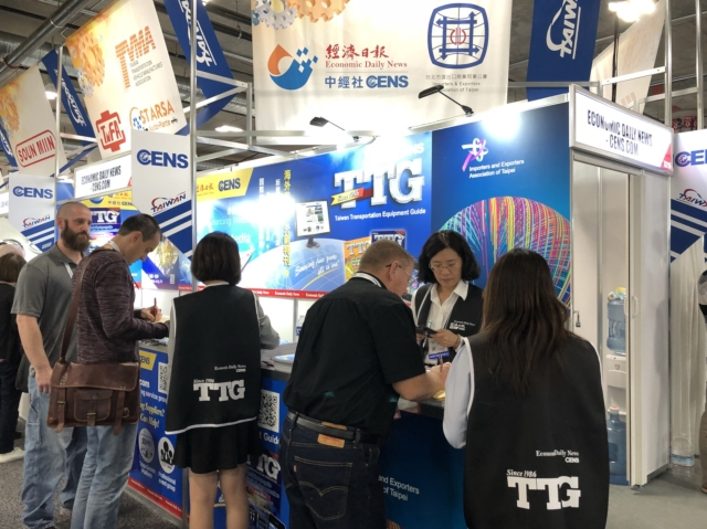 經濟日報與中經社現場發行台灣車輛零配件總覽TTG,許多國際買家取閱。何盈慧/攝影