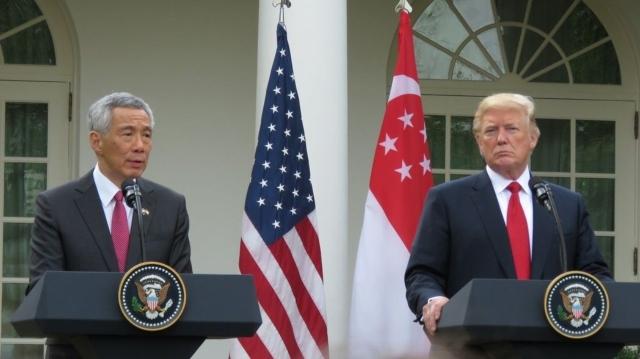 美國總統川普(右)與新加坡總理李顯龍(左)10月23日在白宮玫瑰花園舉行記者會,談及北韓、南海、美中關係等議題。 報系資料照
