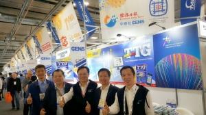 经济日报总经理周祖诚(右三)亲临展会现场,与多位台湾厂商互动。