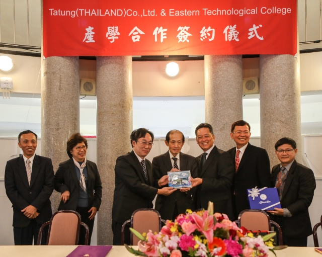 (Second left): Director of Tai Trade Office, Ms. Nannatee Wiboonchutikula  (Third left): Chairman of TTL, Mr. M. Y. Hsieh (Middle): Chairman of Tatung, Mr. W. S. Lin  (Third right): President of Eastern Technological College of Thailand, Dr. Prasert Klinchoo