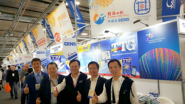 Tsu-Chen Chou (third from left), general manager of EDN, visited Taiwanese exhibitors in person.
