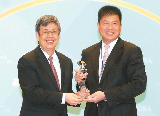 友達董事長彭双浪(右)獲得年度「企業永續傑出人物獎」殊榮,由副總統陳建仁頒獎。 記者胡經周/攝影
