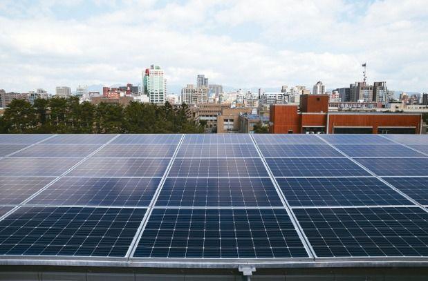 屋頂設置太陽能光電板。 報系資料照