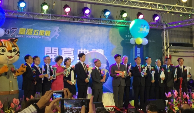 Lin Chia-lung, Taichung Mayor( seventh from right), hosted the grand opening ceremony of THS 2017. (photographed by Alan Lu)