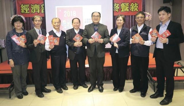 工業局局長呂正華(左五)與一級主管日前在該局年終記者會為去年推動政策的豐碩成果喝采,並期許新的一年續締新猷。 陳華焜/攝影