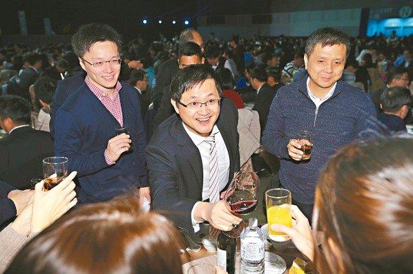 和碩集團昨天以「十年淬鍊 璀璨未來」為主題舉行尾牙,董事長童子賢(中)逐桌敬酒。 記者林伯東/攝影