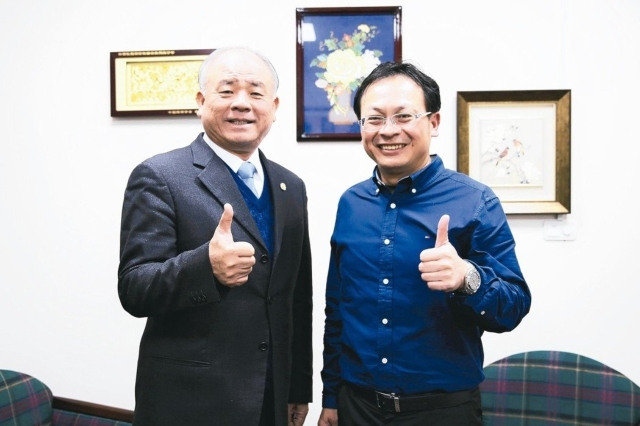 Soddy Huang (left), chairman of Taiwan Lighting Fixture Export Association (TLFEA),Chou Tsu-cheng, general manager of Economic Daily News, holds optimism about the special purpose lighting industry (photographed by Stark Tsao).