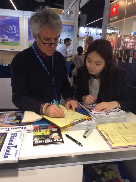 經濟日報與旗下中經社在現場,提供最新版台灣手工具年鑑與線上電子書、台灣家具專刊及USB贈品,搭配CENS.com展中即時媒合商機服務,提供廠商最即時買主需求。_經濟日報駐展人員/提供