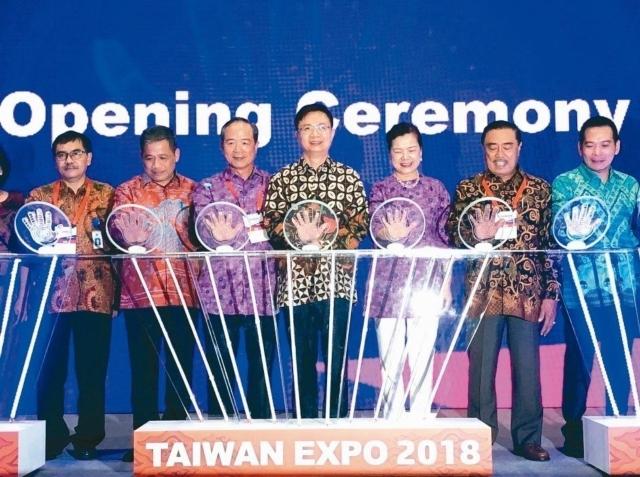 印尼台灣形象展29日揭幕,外貿協會董事長黃志芳(左四)主持。 特派記者黃文奇/攝影