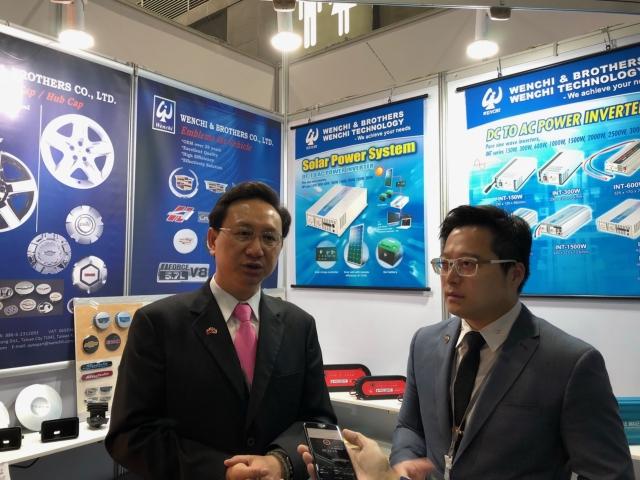 駐泰代表童振源(左)訪視泰國汽配展台灣廠商聞祺公司。(攝影/周祖誠)