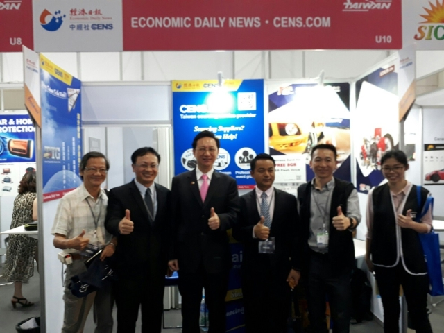 經濟日報總經理周祖誠(右二)及台灣駐泰代表童振源(右三)親臨展會現場,與多位台灣廠商互動。(蕭永樂/攝影)