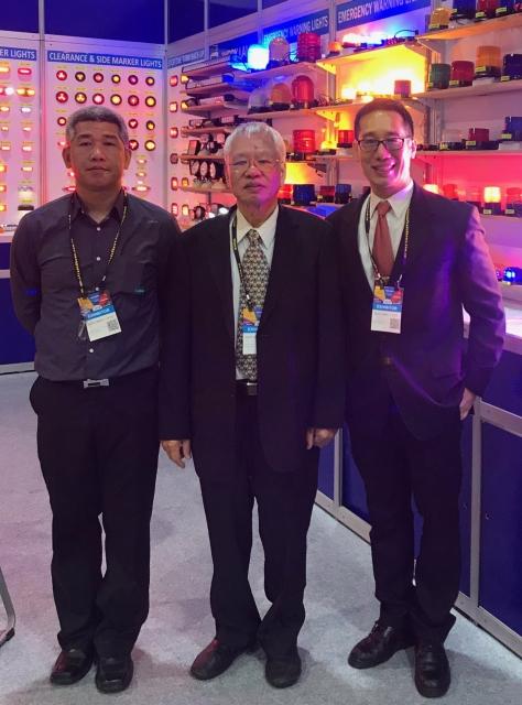 董事長江文鏘(中)表示,該公司英文名「Valens」在專業買主心中,已是性能優異且品質值得信賴的LED車用輔助燈的代表。(攝影/羅淑華)