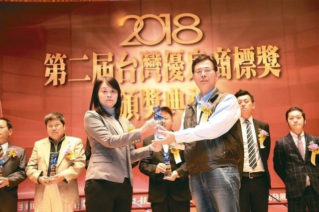 科閎公司負責人戴健郎(右)接受經濟部中小企業處副處長蘇文玲頒獎。 郭芳伶/攝影
