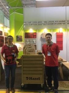 百旭朋董事長李佳駿(左)表示,公司在今年AMPA展上特別推出以實木打造的系統工具車、工具盒等產品。 業者提供