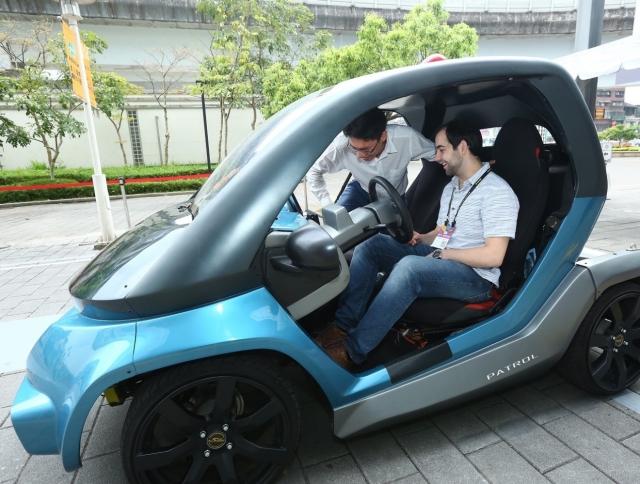 國外買主於戶外展區體驗具自動駕駛功能的電動車。(貿協/提供)