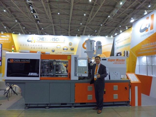 震雄總經理王誠展示公司最新的全電式射出機(SM90EJ)(攝影/呂棊峰)