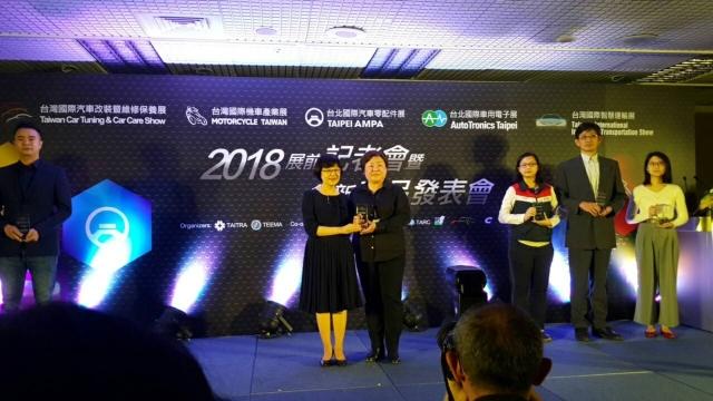 外貿協會頒發2018台北國際汽機車5聯展的創新產品獎。右忠提供