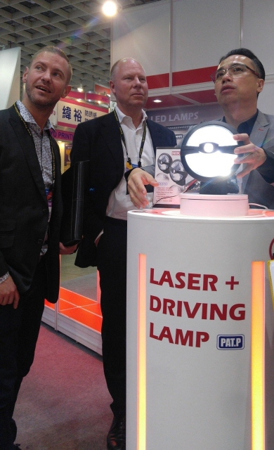 Niken`s NK-0724 laser LED driving lamp is the highlight of the firm. (Photographed by Shen Jia-yi)