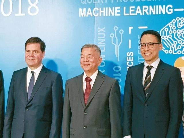 微軟資深副總裁暨大中華區總裁柯睿杰(Alain Crozier)(左起)、經濟部長沈榮津、台灣微軟總經理孫基康出席微軟亞太技術年會DevDays Asia。 記者曾仁凱/攝影