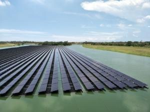 全台最大水域浮動式太陽能發電系統在台南,台南市政府水利局擇定樹谷園區滯洪池,今年4月完成併聯試運轉。 記者謝進盛/攝影