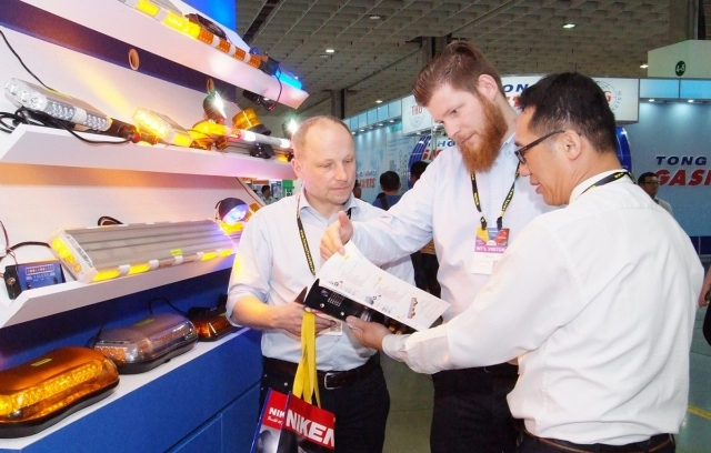 Foreign buyers enthusiastically attended this year's five-in-one joint exhibition. A total of 6,811 foreign buyers from 120 countries visited the exhibition. (Provided by TAITRA)
