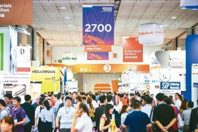 「SEMICON Taiwan 2018」規模歷屆之最,聚集680家國內外領導廠商,展出2,000個攤位,預期吸引超過45,000位專業人士參觀,為展會規模創下新紀錄。圖為去年展出盛況。 SEMI/提供