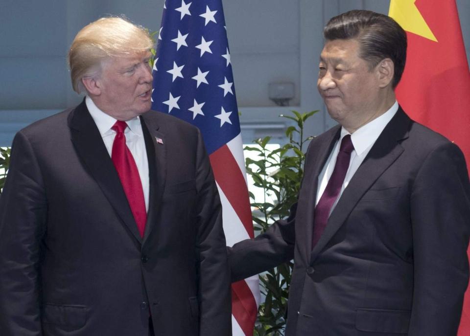 圖為美國總統川普(左)與中共國家主席習近平。(美聯社)
