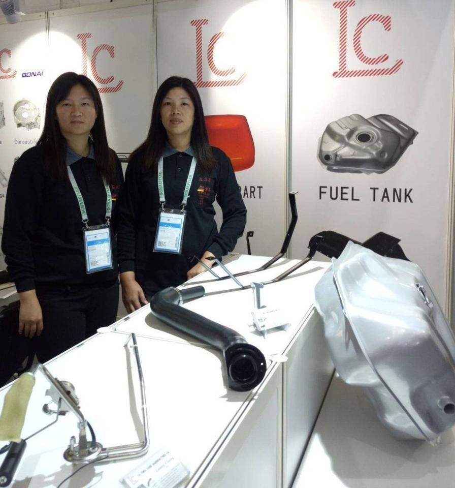 立昌公司於攤位展出油箱、加油管、油束、浮筒與引擎系統油底殼等產品。 郭芳伶/攝影