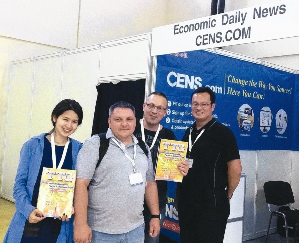 File photo of buyers posing with Taiwan Transportation Equipment Guide in 2017. (photo courtesy of CENS)