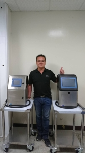 亚德克业务经理张惠展展示近期所推出的电脑喷码机-「YDK-2000系列喷码机」。庄智强/摄影