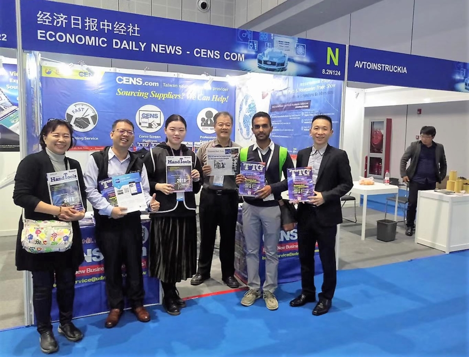 Buyers obtain TTG trade magazines and pose with on-site CENS.com members for a photo. (photo taken by Kuo Fang-lin)