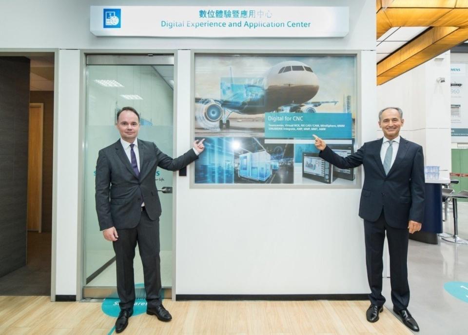 台灣西門子總裁暨執行長Erdal Elver與西門子數位工廠總經理Tino Hildebrand為數位體驗暨技術應用中心進行剪彩儀式。 西門子/提供