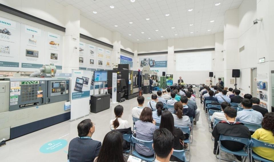 工具機控制器數位體驗暨技術應用中心啟用儀,為出席工具機業者解析該中心展示特色。 西門子/提供