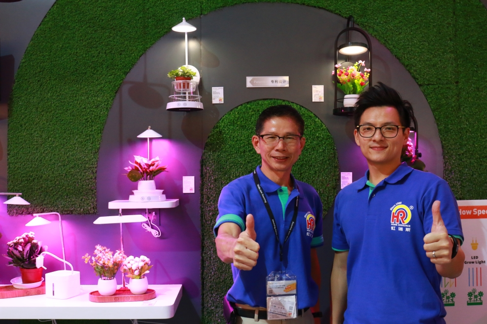 偉聖國際有限公司特別為今年的香港秋燈展重新設計自家產品,推出小巧、符合美感及功能的植物照明。(CENS.com)