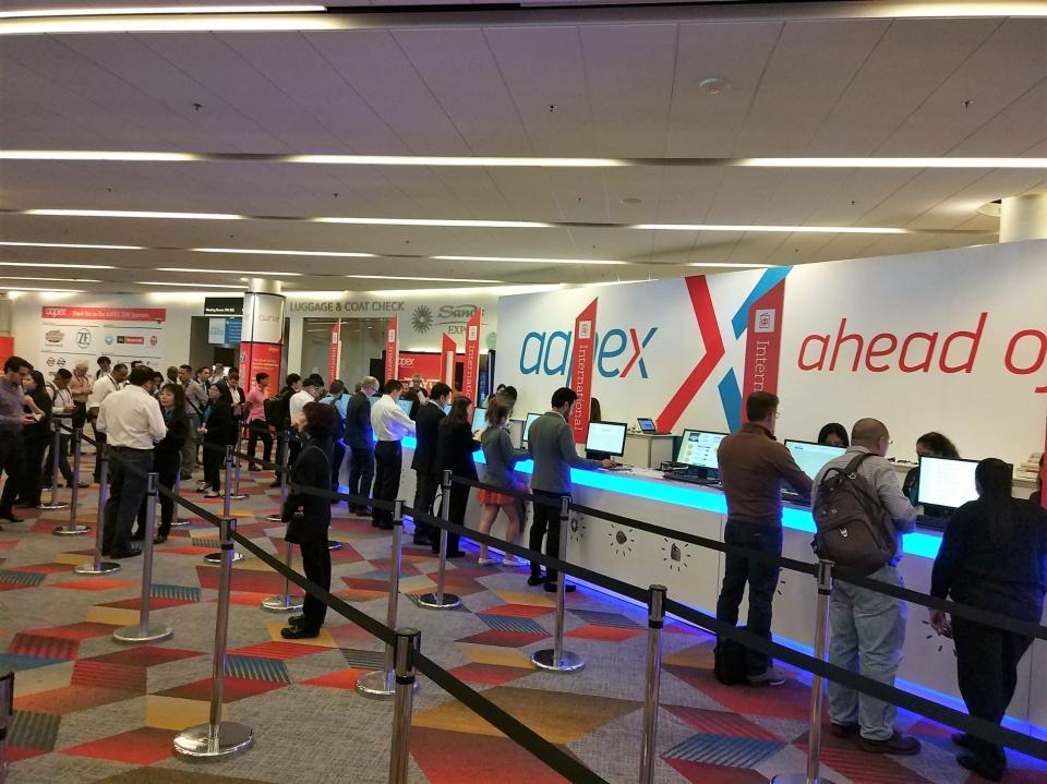 眾多參展者入展場前正在登入。(經濟日報/提供)