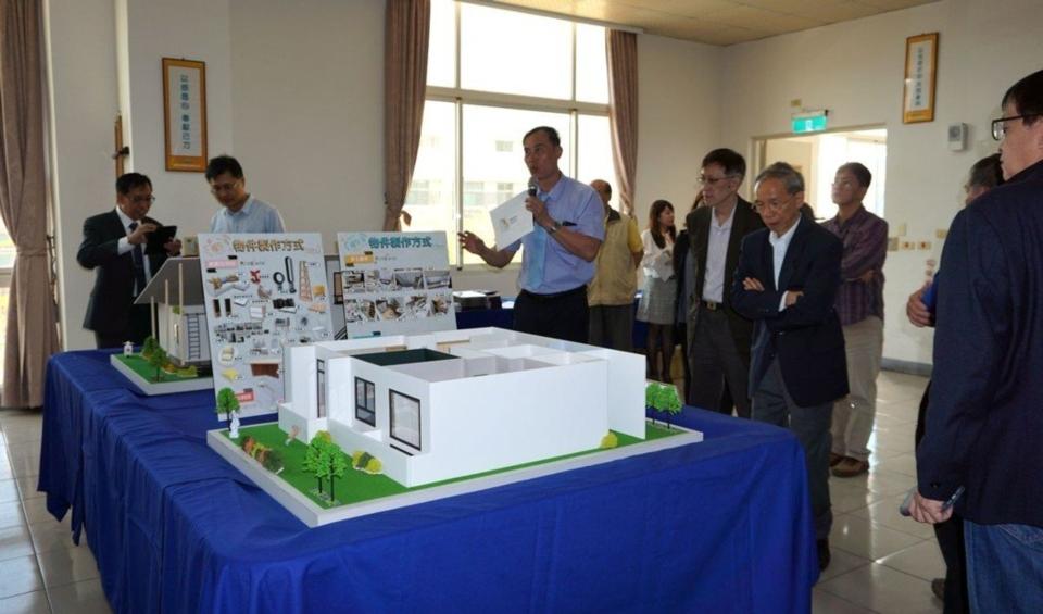 展聖企業公司總經理黃建東介紹現場展出成果。 金萊萊/攝影