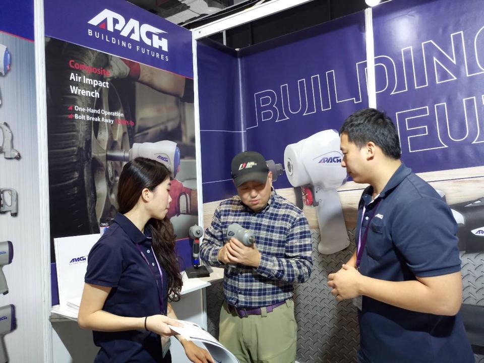 買主參觀力偕實業於上海汽配展展示的攤位。(CENS.com)