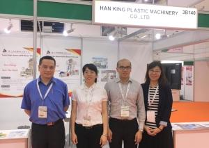 汉王公司吴副总(右二)展示各式吹膜机(刘秀娟/摄影)