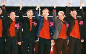 华硕昨日尾牙,执行长胡书宾(左起)、副董事长兼总裁曾锵声、董事长施崇棠、策略长徐世昌、执行长许先越出席向员工喊话。 记者余承翰/摄影
