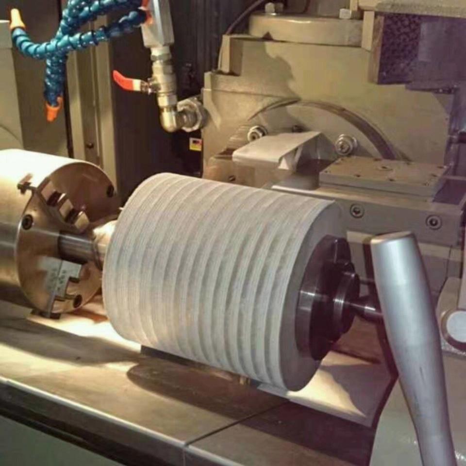 銳格精機多功能數控蝸桿加工機用於開槽砂輪演示圖。 銳格精機/提供
