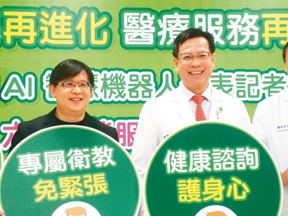宏達電DeepQ資深處長鄭志偉(左)與彰基院長陳穆寬宣布,合作推出醫療照護對話機器人。 記者何佩儒/攝影