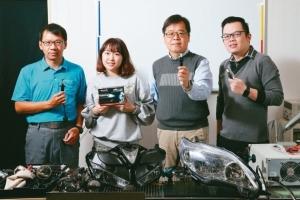 轩帆光电LED专业车灯制造商,总经理陈建纶(右二)与团队。 记者许正宏/摄影