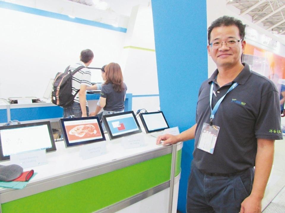 洋華光電總經理許益川展示產品在工控領域的應用。 翁永全/攝影