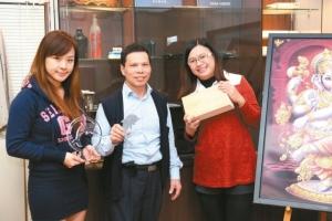 佳興國際科技公司總經理鐘錫富(中)與團隊合影。 黃奇鐘/攝影
