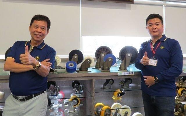 錏鑫嘉鎰集團總裁兼執行長王崑隆(左)及中山錏鑫嘉鎰腳輪總經理蔡俊堯(右),推薦集團新開發系列產品,讓大家使用好的腳輪,讓生產線流程更加順暢。 李福忠/攝影