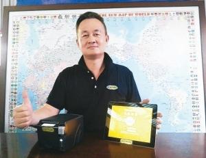 龙璇国际董事长王金隆展示acermark「POS智慧云端系统」。 庄智强/摄影
